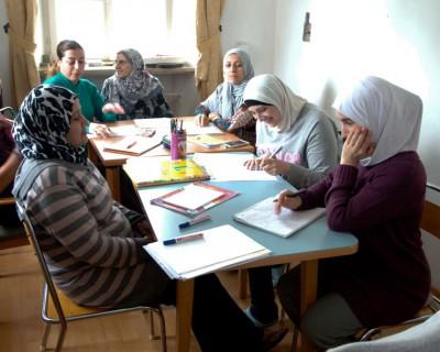Die syrischen Frauen beim Deutsch lernen.